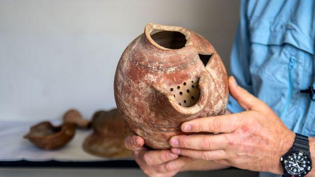 פך בירה מחפירות תל צפית/גת, ממנו הופקה בירה פלישתית (צילום: יניב ברמן, באדיבות רשות העתיקות)