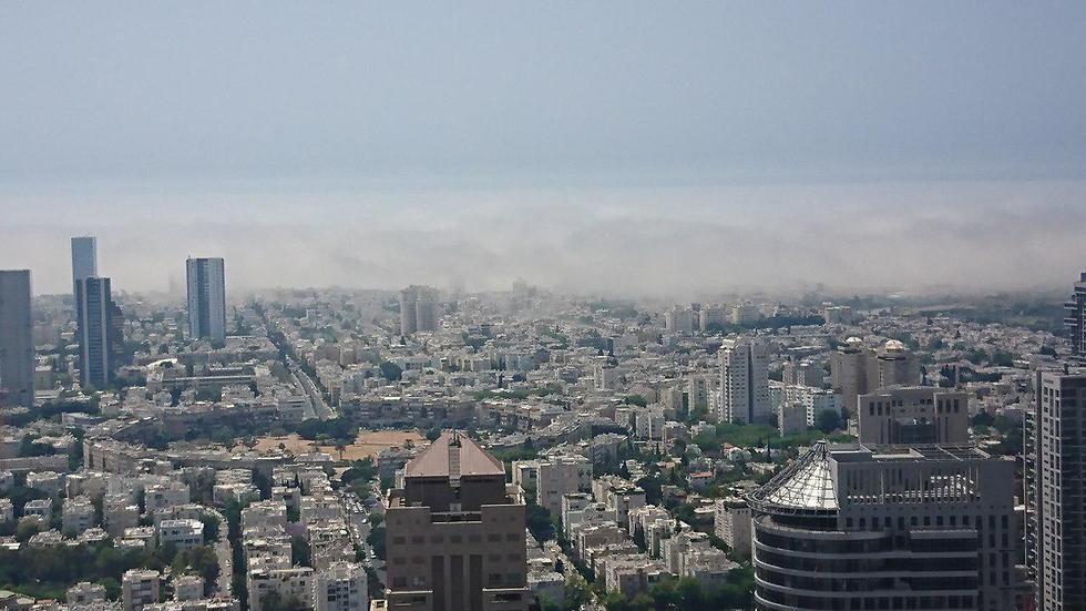 ענן נמוך מעל החופים בתל אביב (צילום: יהודית אדלר)
