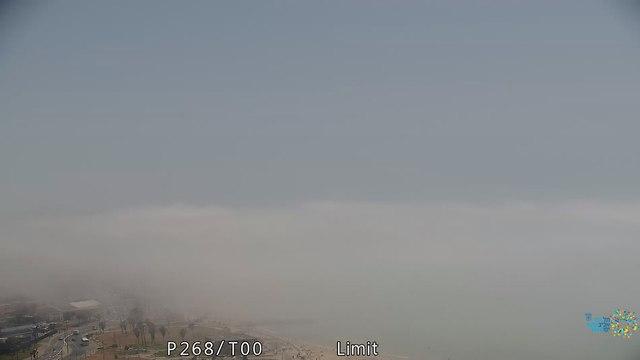 חוף צ'ארלס קלור בזמן הערפל (צילום: עיריית תל אביב)