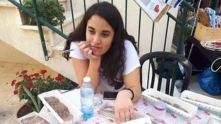 שוהם דמירי מזוז - נערה שאפתה עוגיות למען חיילים בודדים (צילומים: המועצה האזורית בנימינה-גבעת עדה)