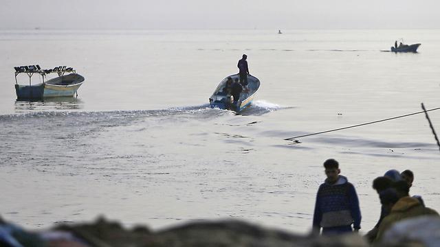דייגים פלסטינים ב עזה (צילום: AFP)
