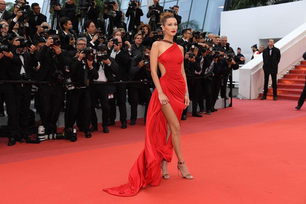 השמלה האדומה השתלבה מצוין עם השיזוף. בלה חדיד (צילום: Pascal Le Segretain/GettyimagesIL)