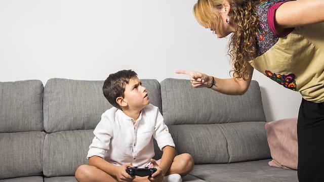 אמא כועסת על ילד שמשחק (צילום: shutterstock)