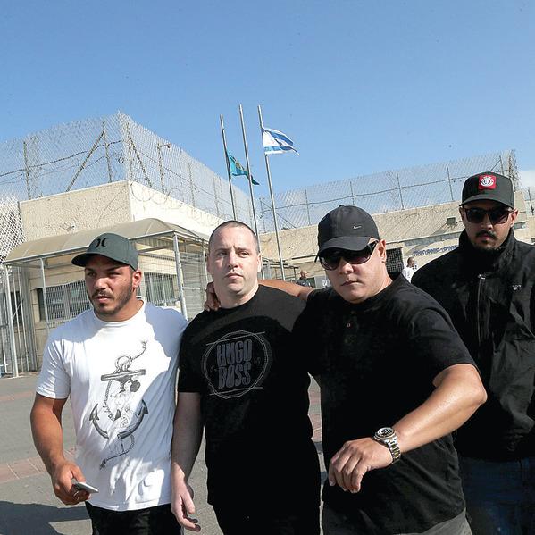 יולי 2015: משתחרר מהכלא. ליווי של גברתנים   צילום: יריב כץ