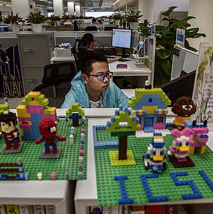עובד במעבדת הסייבר. רבים מהעובדים למדו בבתי הספר הטובים בסין