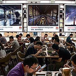 עובדים נהנים מארוחת צהריים מסובסדת. העבודה בוואווי נחשבת למבוקשת מאוד