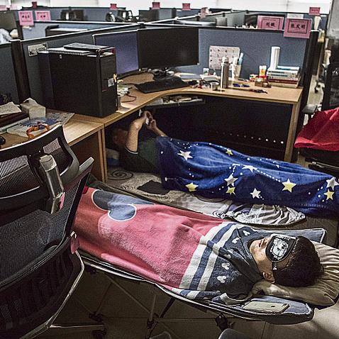 במשרדים מעמעמים את האורות לאחר ארוחת הצהריים כדי לאפשר לעובדים לנמנם
