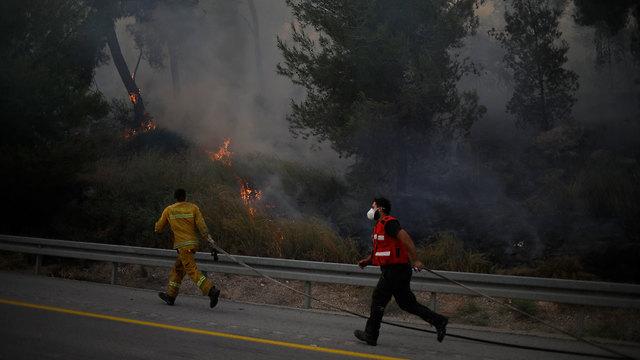 כוחות כיבוי שריפה ליד כפר אוריה וקיבוץ הראל (צילום: AP)
