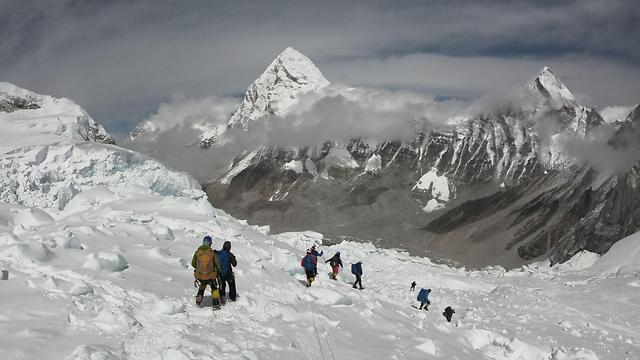 נפאל מטפסים ל פסגת ה אוורסט (צילום: AFP)