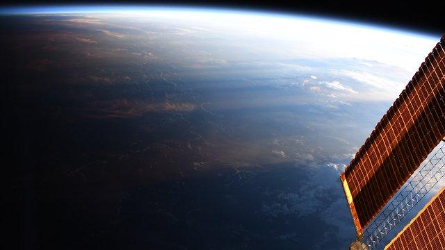 כדור הארץ, חלקו מואר וחלקו בצל (צילום: כריסטינה קוק, נאס