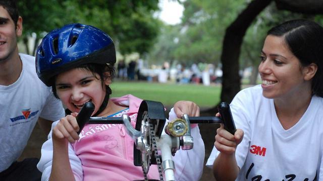 האופניים שאוחסנו במחסנו של אסף לזר שנהרס מהשריפות בקיבוץ הראל (צילום: עמותת אתגרים)