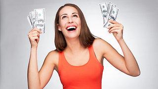 אישה מחזיקה שטרות כסף (צילום: Shutterstock)