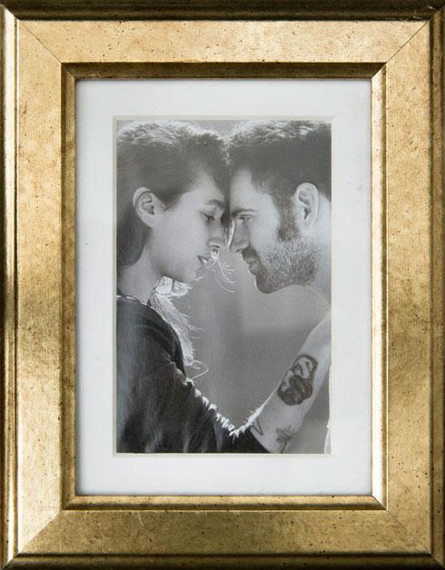 תמונה של בני הזוג בביתם (צילום: ענבל מרמרי)