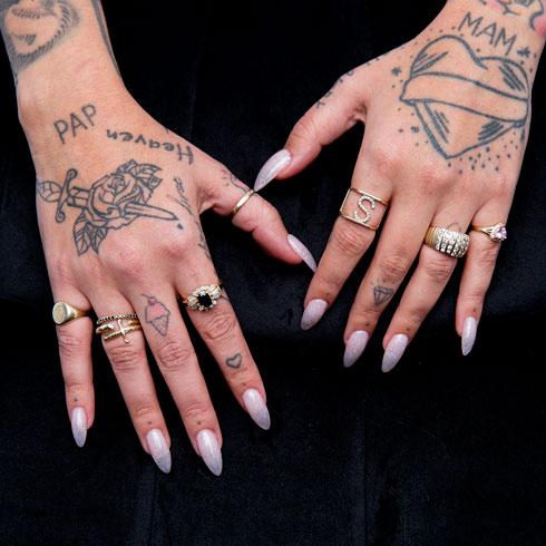 """""""עומר ואני התחתנו לפני שש שנים ומאז הוא מציע לי מדי שנה נישואים מחדש. בכל פעם הוא מפתיע אותי בטבעת חדשה שהוא בוחר. חלקן וינטג', את חלקן הוא מעצב יחד עם מעצבי תכשיטים"""" (צילום: ענבל מרמרי)"""