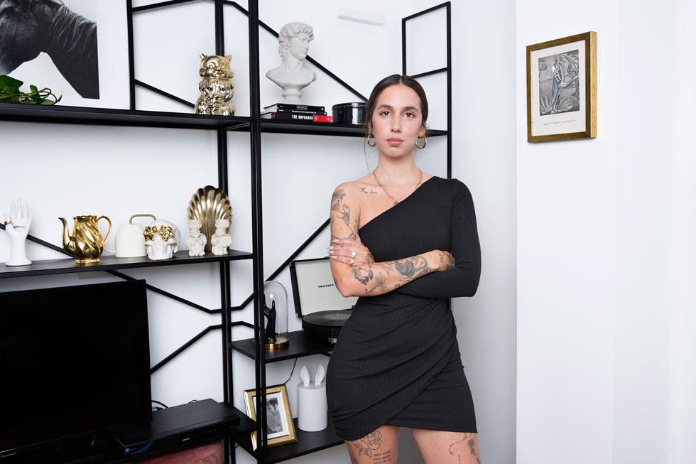 """""""הדהים אותי לגלות מה אנשים חושבים עליי בגלל שאני מקועקעת או לבושה חשוף או נשואה לעומר מילר"""" (צילום: ענבל מרמרי)"""