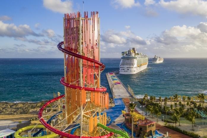 מגדל המגלשות על רקע ספינה של רויאל קריביאן (צילום: Royal Caribbean International)