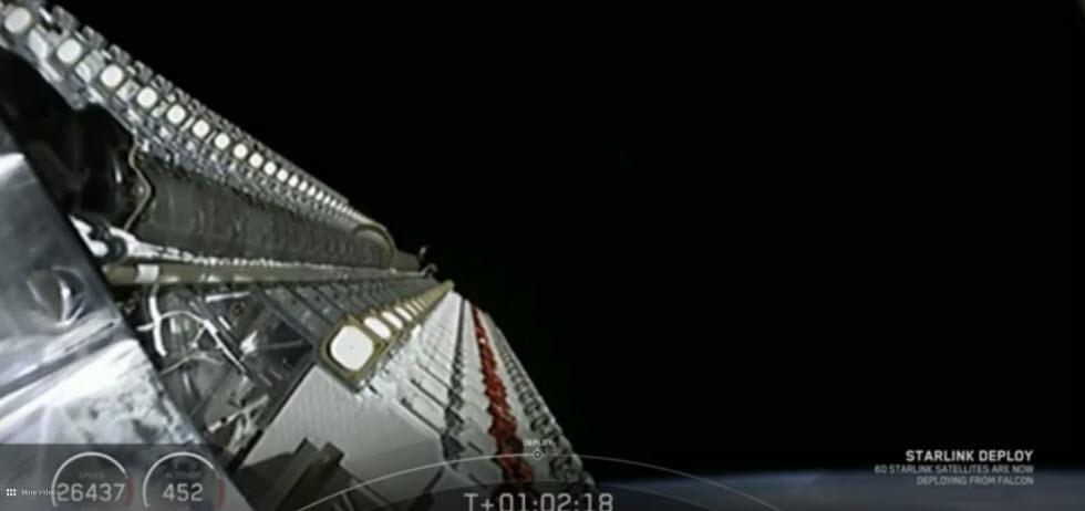 60 הלוויינים לפני השחרור, מצולמים מתוך הפאלקון. ברקע כדור הארץ.  (צילום: SpaceX )
