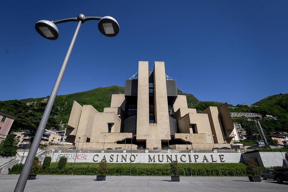 מובלעת של איטליה ב שווייץ העיירה קמפיונה ד'איטליה ה קזינו הגדול ב אירופה נסגר (צילום: AFP, Fabrice COFFRINI)