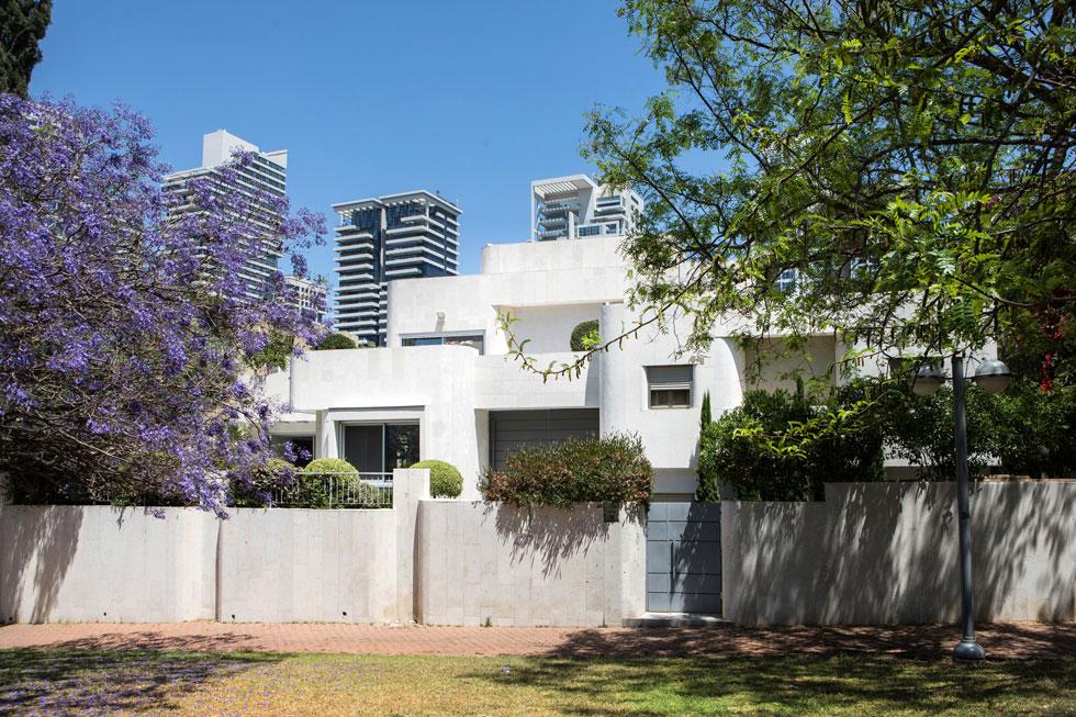 את הווילה הלבנה ומרובת המפלסים תכנן בסוף שנות ה-80 האדריכל חיים עינב, ולפני כעשור היא עברה שיפוץ בידיה של האדריכלים איריס רוזנהיים (צילום: שירן כרמל)