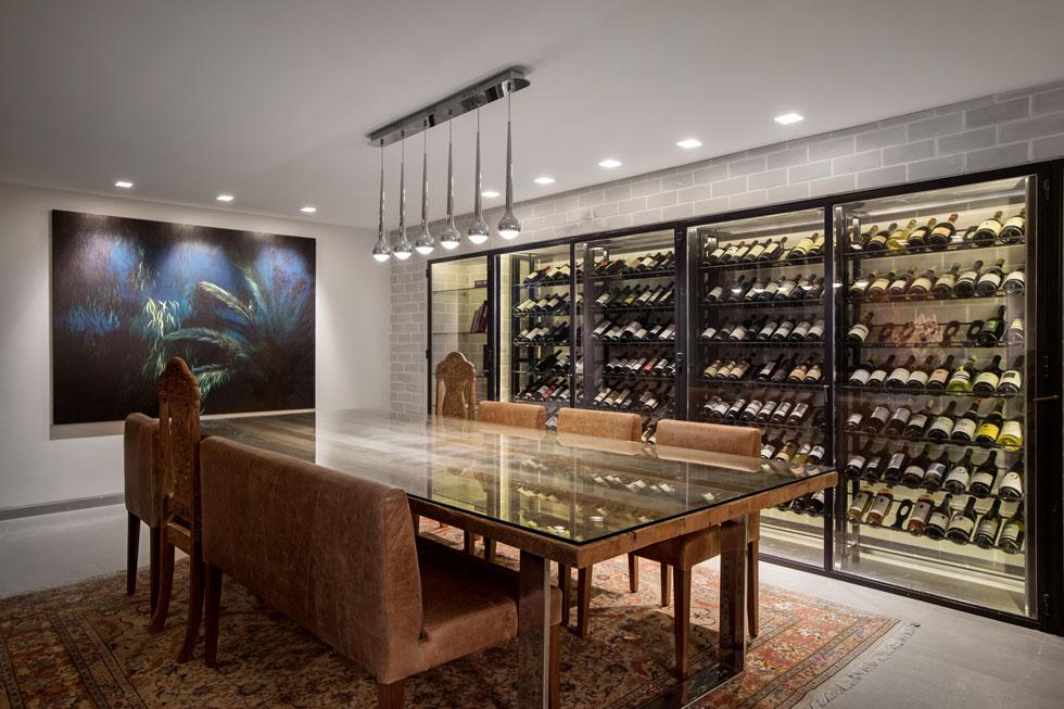 באחד משני המפלסים התחתונים יש חדר יין, תחביב של בני הזוג. שניהם מבתים דתיים, והבית מלא בספרי קודש. בורנשטיין וולף מעולם לא למדה אמנות בצורה מסודרת, אך לא ויתרה על העשייה היצירתית שלה (צילום: שירן כרמל)
