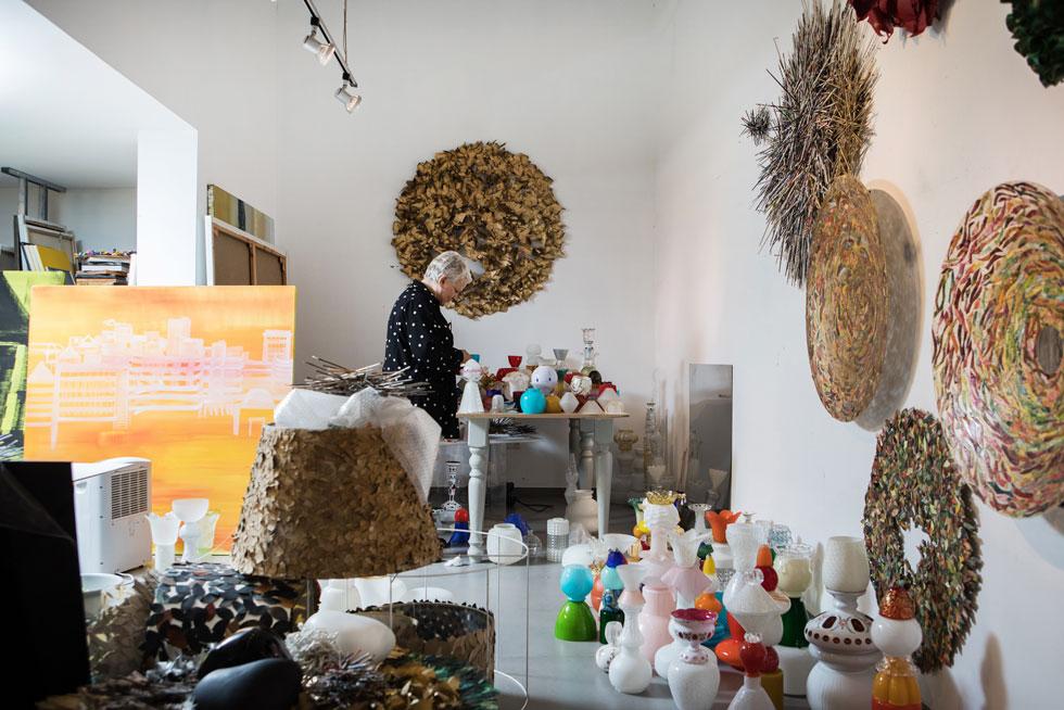 בקומת המרתף נמצא הסטודיו רחב הידיים שלה. ''יש מי שלומד אמנות באקדמיה, אבל אני למדתי בדרך אוטודידקטית, שדורשת התמקדות והתמדה'' (צילום: שירן כרמל)