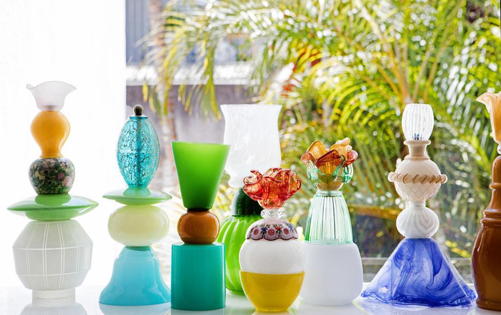 ב''עיצוב טרי'' יוצגו גם אובייקטים עשויים מכלי זכוכית צבעוניים ושקופים, שאספה בשווקים, פירקה והרכיבה מחדש (צילום: שירן כרמל)