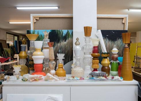 עבודות הזכוכית בסטודיו שבמרתף (צילום: שירן כרמל)