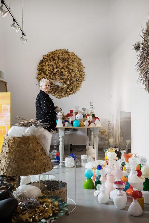 בסטודיו הביתי. ''הלכתי במשך שנים סחור סחור, ועשיתי כל מיני סדנאות: שזירת פרחים, רישום, עיצוב פנים'' (צילום: שירן כרמל)