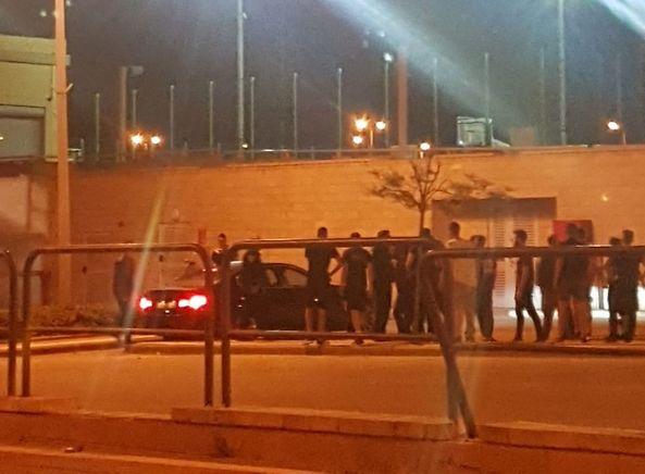 העימות בין אוהדי חולון לגודס ליד מכוניתו (צילום: פרטי)