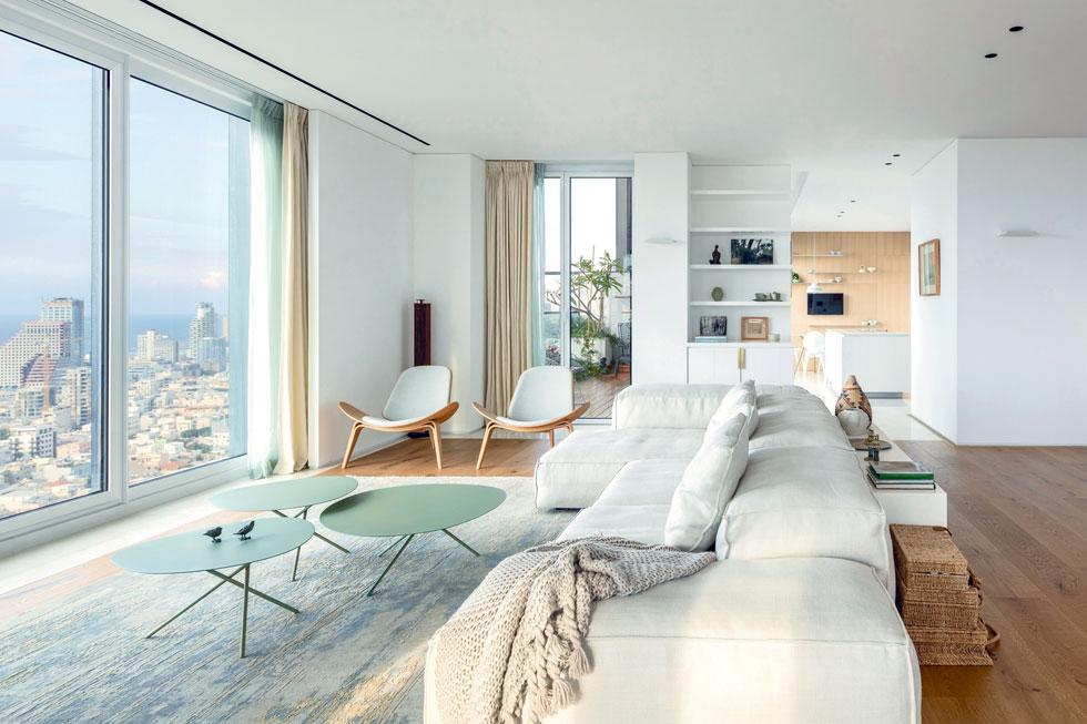 הדירה נמסרה במצב מעטפת. מבט מהסלון לכיוון המטבח (צילום: עמית גרון)