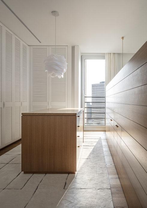 חדר השינה הזוגי תוכנן כסוויטה גדולה עם אזור הלבשה וארונות פתוחים, מעין מלתחה נוחה (צילום: עמית גרון)