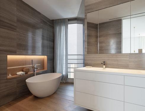 חדר הרחצה נאמן לצבעוניות הכללית של הדירה וכולל אמבטיית פרי סטנדינג מפנקת (צילום: עמית גרון)