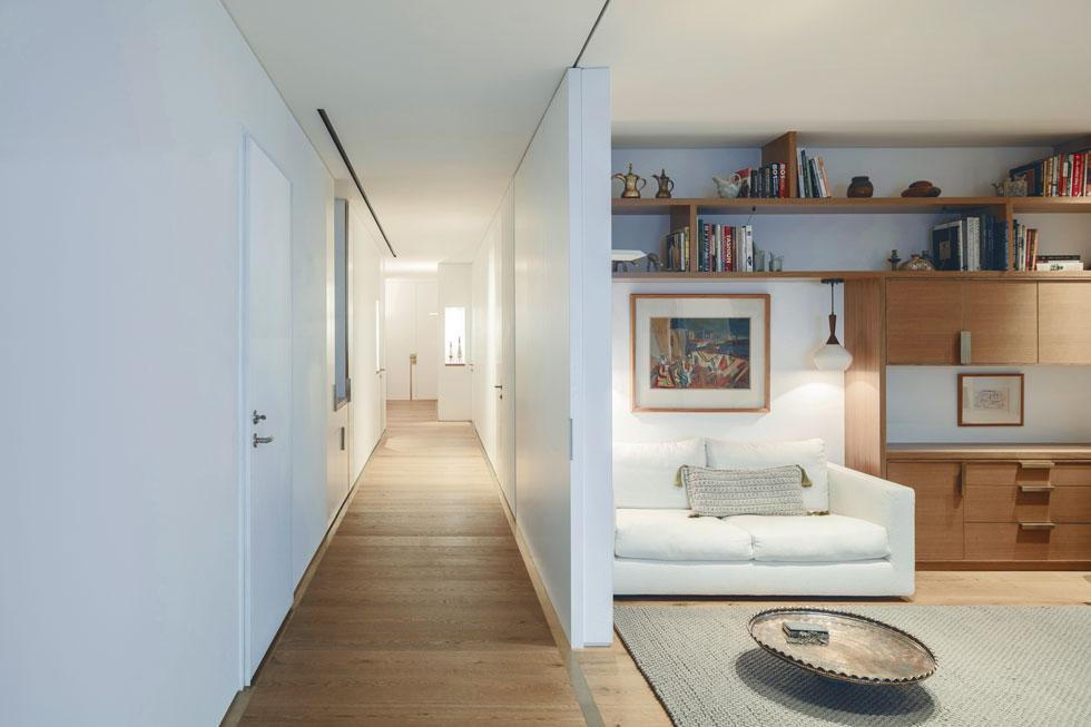חדר העבודה הוא חדר גמיש מבחינה פונקציונלית. אפשר להותיר אותו פתוח ואפשר לסגור את הדלתות הרחבות ולהפוך אותו למרחב פרטי (צילום: עמית גרון)
