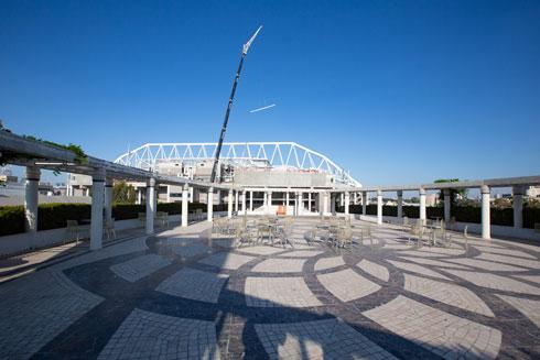ועל הגג נהנים מתצפית על אצטדיון בלומפילד המחודש וסביבתו (צילום: דור נבו)