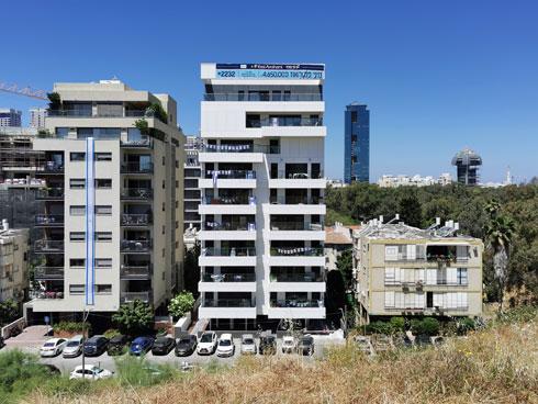 כל בניין תלת-קומתי נמחק לטובת בניין כפול בגובהו. קרוב לפארק הירקון (צילום: נעם רוזנברג)