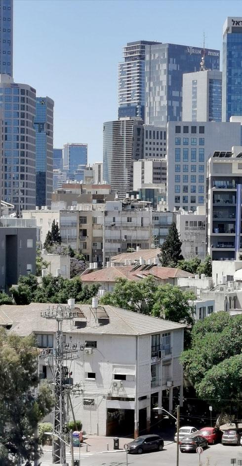 דרישת שלום מהמבנים הישנים ברחובות איתמר ויואב, למרגלות המגדלים שחולשים עליהם (צילום: נעם רוזנברג)