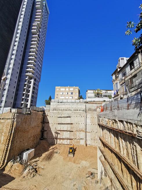 בור למגדל חדש. תמונה טיפוסית של רמת גן, והאסוציאציה המיידית שלה: בירת התמ''א והנדל''ן (צילום: נעם רוזנברג)