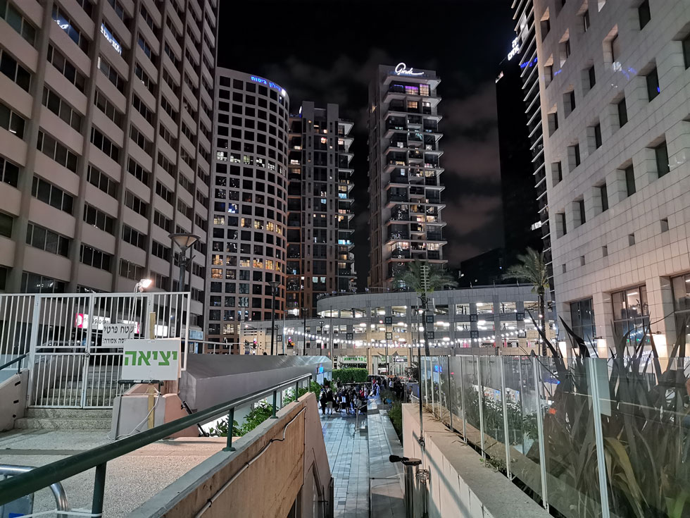 אזור הבורסה בלילה. העירייה מנסה להחיות את המתחם חסר החיים, באמצעות אירועים ומתחם מסעדות בקונטיינרים  (צילום: נעם רוזנברג)