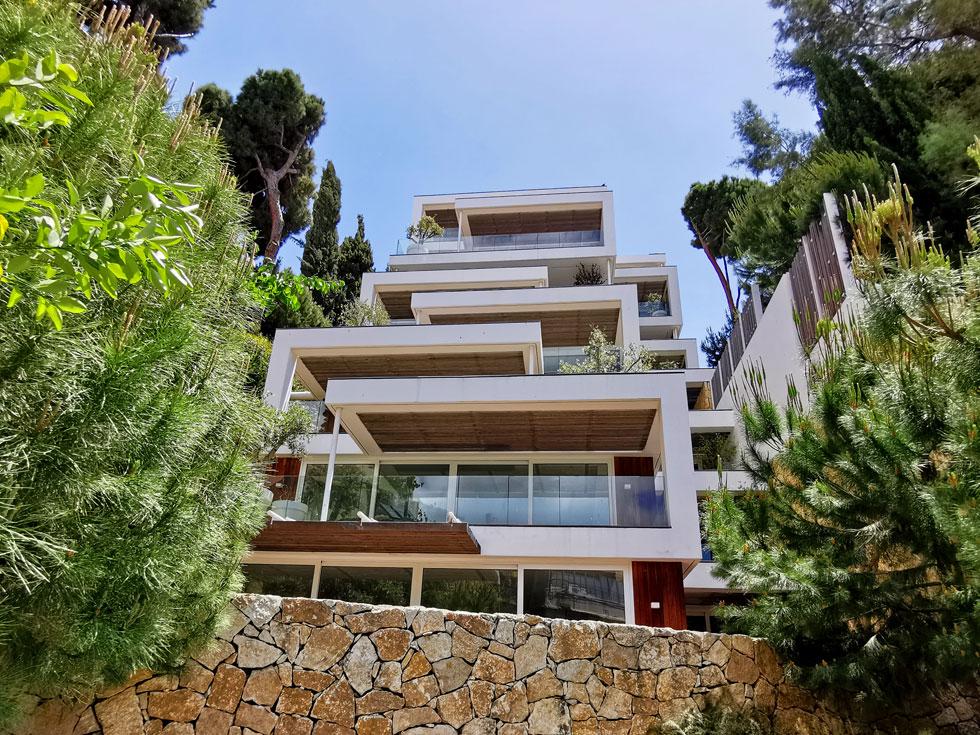 אם במקרה יש לכם מדרון פנוי, תוכלו לבנות בית דירות כזה . פרויקט של פייגין אדריכלים על בסיס הווילה המרהיבה של מוריס פישר ברחוב מעלה הצופים, שחולקה והפכה לבניין דירות מפואר (צילום: נעם רוזנברג)