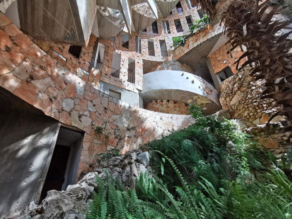 והנה החצר האחורית של בית הספירלה, אחד המבנים הייחודיים בעיר, שתכננו האדריכלים צבי הקר, גיל ברנשטיין, שמואל גרובמן ורינה הרינג (צילום: נעם רוזנברג)