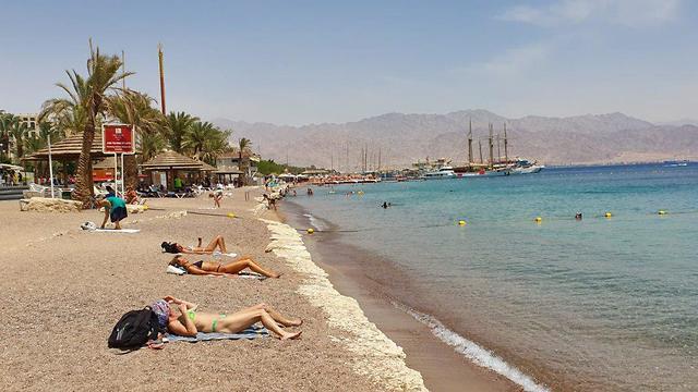שוברים את החום בחוף אילת (צילום: אלעד גרשגורן)