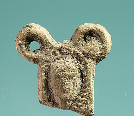 חלק מיציקת עופרת בצורת דמות ראש אישה
