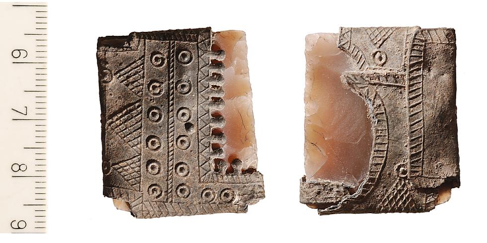 אבן צור עטופה ביריעת עופרת ומעוטרת בדגמים שונים  ()