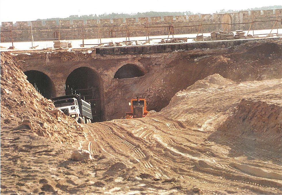 כך נראו עבודות העפר וההרס הארכיאולוגי בהר הבית בשנת 1999  (צילום: משטרת ישראל)