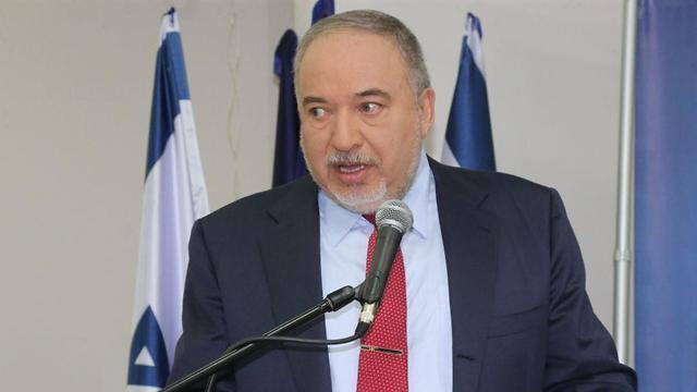 אביגדור ליברמן בישיבת סיעה ישראל ביתנו (צילום: מוטי קמחי)