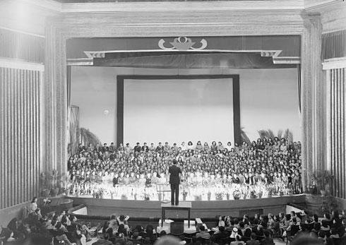 הבמה הענקית איפשרה להעלות מופעים גרנדיוזיים, גם בקדנציה הפלסטינית וגם בקדנציה הישראלית של המבנה (צילום: Library of Congress, Prints & Photographs Division, LC-DIG-matpc-14729)