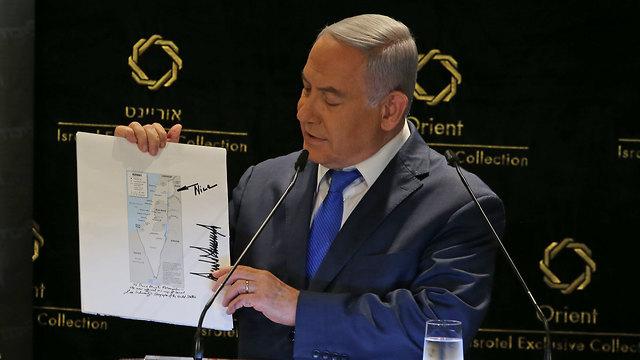 Netanyahu with Trump's map (Photo: Amit Shaabi )