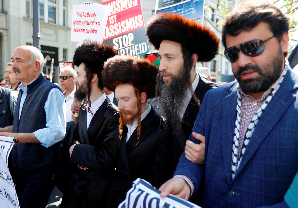 Members of an anti-Zionist ultra-Orthodox Jewish sect join an anti-Israel protest in Berlin (Photo: Reuters)