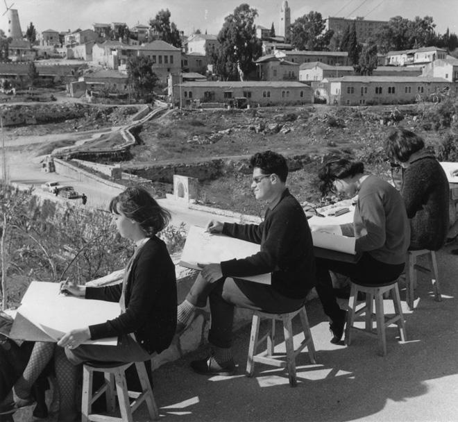שיעור רישום של סטודנטים בבצלאל מול שכונת ימין משה. שנות ה-70 / באדיבות אוסף בצלאל אקדמיה לעיצוב ואמנות ירושלים