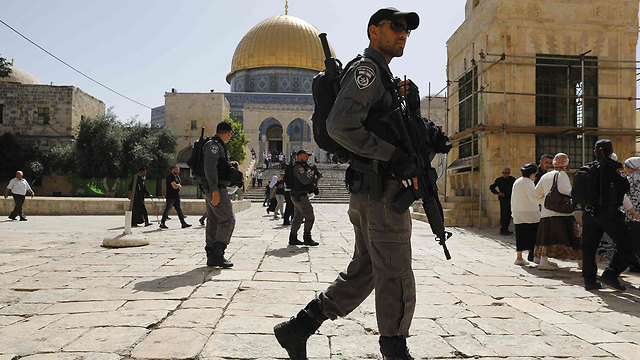 Jewish worshipers with police protection on Temple Mount (Photo: AFP)